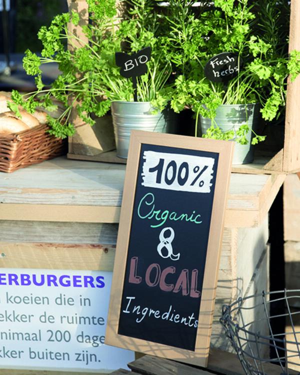 Wandkreidetafel mit Holzrahmen in Hellbraun, aufgestellt in einem Restaurant