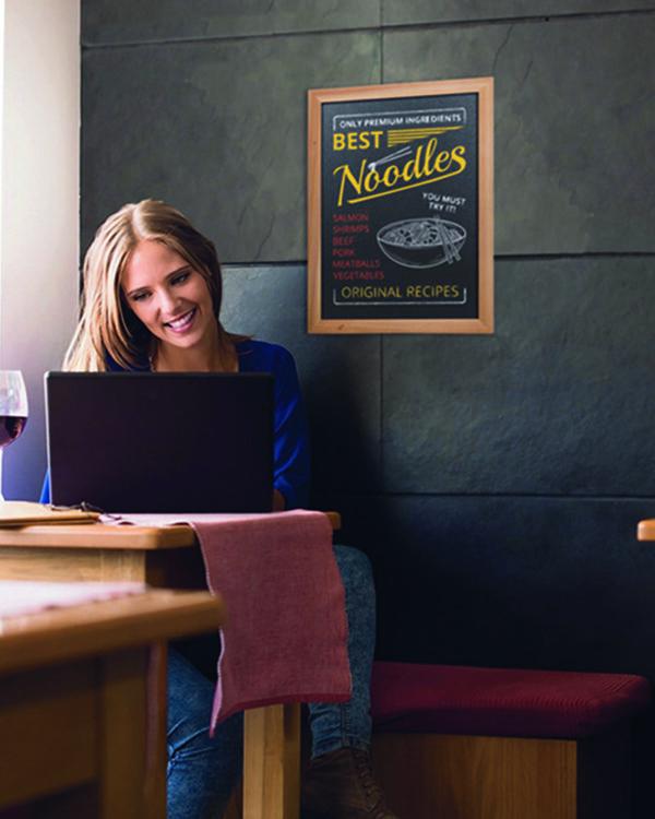 günstige Kreidetafel aus Holz in hellbraun, Wandtafel für Restaurants und Bars, beschriftet mit Menü