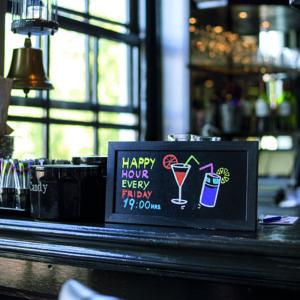 schwarze Kreidetafel mit Holzrahmen aufgestellt in einer Bar, Cocktail Beschriftung