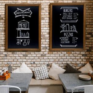 Holz Kreidetafel mit dunkelbraunem Rahmen gerundet, Securit Premium Kreidetafel Wandtafel aufgehängt in einem Lokal