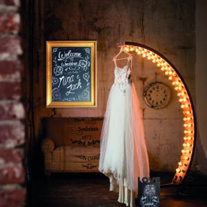 goldene Holz Kreidetafel aufgehängt in einem Brautshop, goldener Rahmen Kreidetafel