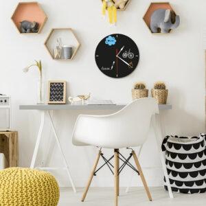 Uhr Kreidetafel aufgehängt Zuhause mit Notizen und Erinnerungen, Kreidetafel Uhrenform becshriftet mit weissem Kreidemarker