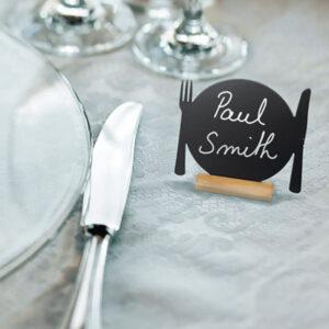 Beschriftete Tischkreidetafel mit Teller und Besteck Form für Restaurants und Bistros