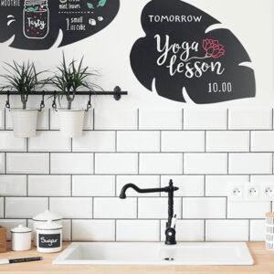 Blatt Silhouetten Kreidetafeln montiert an der Wand in der Küche und beschriftet mit farbigen Kreidemarker Securit