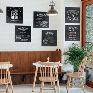 Flexible Wandkreidetafeln ohne Rahmen aufgehängt in einem Restaurant und beschriftet mit aktuellem Angebot und Menüs