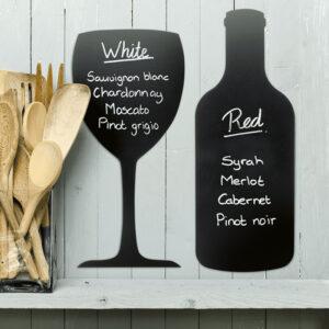 Kreidetafel Silhouette Flaschenform und Glas aufgehängt an der Wand beschriftet mit Weinangeboten, Flaschen Silhouette Kreidetafel