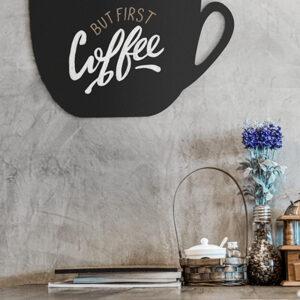 Kreidetafel in Kaffeetassenform beschriftet mit Securit Kreidemarker und aufgehängt Zuhause mit dem Spruch but first coffee