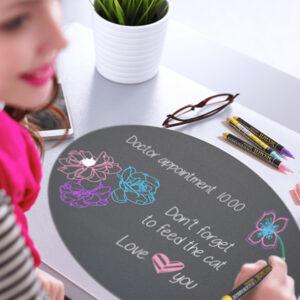 Ovale Wandkreidetafel beschriftet von einer Frau mit farbigen Securit Kreidemarker