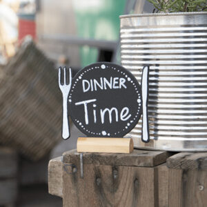 Restaurant Tischaufsteller Kreidetafel mit Teller und Besteck Form Silhouette aufgestellt in einem Bistro