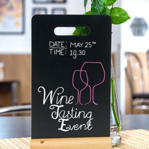 Securit Tischaufsteller Kreidetafel beschriftet mit farbigen Securit Kreidemarker und aufgestellt in einer Weinbar