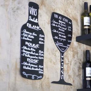 Wandkreidetafelin Flaschenform beschriftet mit Kreidemarker mit dem aktuellen Angebot, Kreidetafeln Silhouetten Flasche und Weinglas