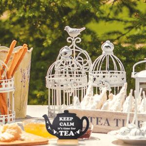 Tischaufsteller Kreidetafel Teekanne positioniert auf einem Tisch in einer Outdoor Bar beschriftet mit aktuellen Teeangeboten