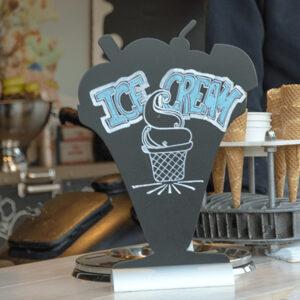 beschriftete Glace Tischtafel ohne Rahmen und aufgestellt an der Theke in einer Bar