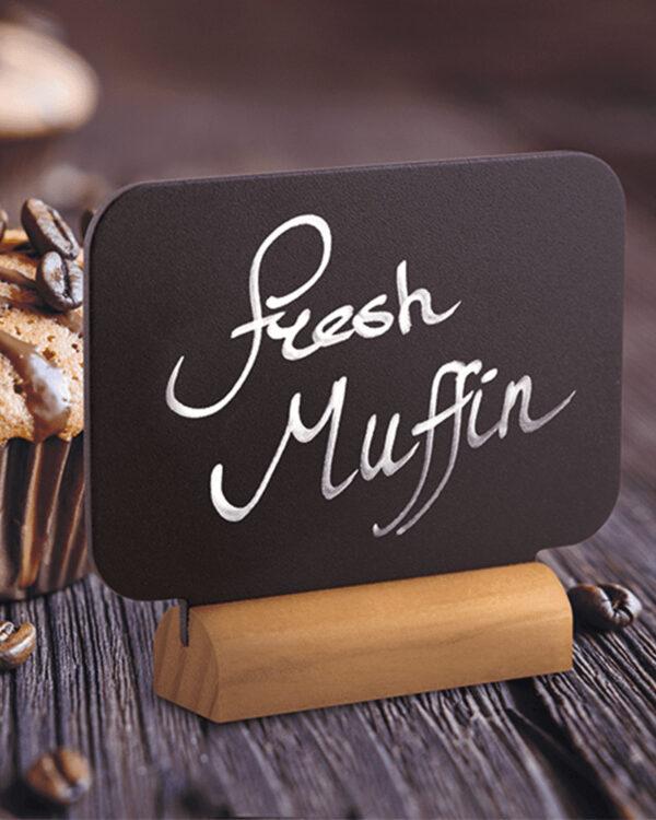 rechteckige Mini Tischkreidetafel beschriftet mit weissem Securit Kreidemarker für die Kennzeichnung eines Muffins