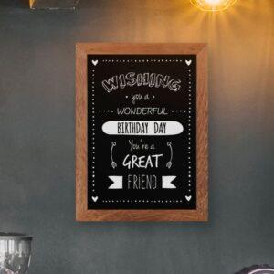 Wandkreidetafel magnetisch mit Holzrahmen aufgehängt in einer Bar