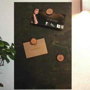 elegante Schiefertafel magnetisch aus Grünschiefer beschriftbar mit Kreide und Neodymmagnete aufgehängt im Wohnzimmer