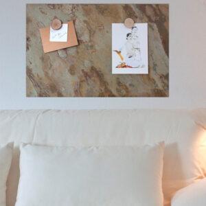 Schiefersteintafel farbig aus echtem Schiefer magnetisch aufgehängt im Wohnzimmer und Holzscheibenmagnete für Bilder