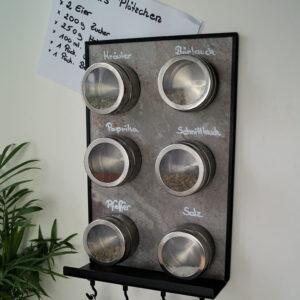 Wandkreidetafel aus Schiefer magnetisch mit Ablager für Kreide und Magnethacken für Küchenutensilien