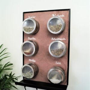 magnetische Küchenwandtafel aus Schiefer mit Ablage und magnetischen Gewürzdosen