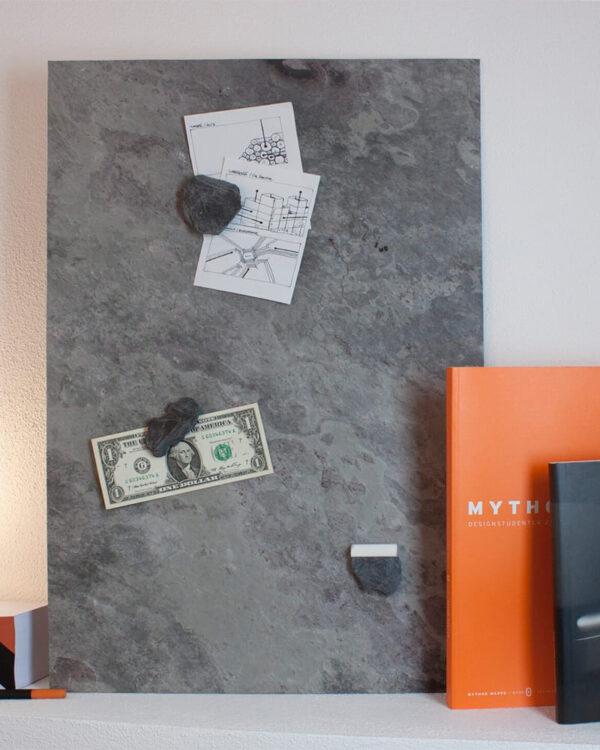 magnetische Notiztafel Schiefer gepinnt mit Geldnoten und Notizen als Dekorations Wandtafel