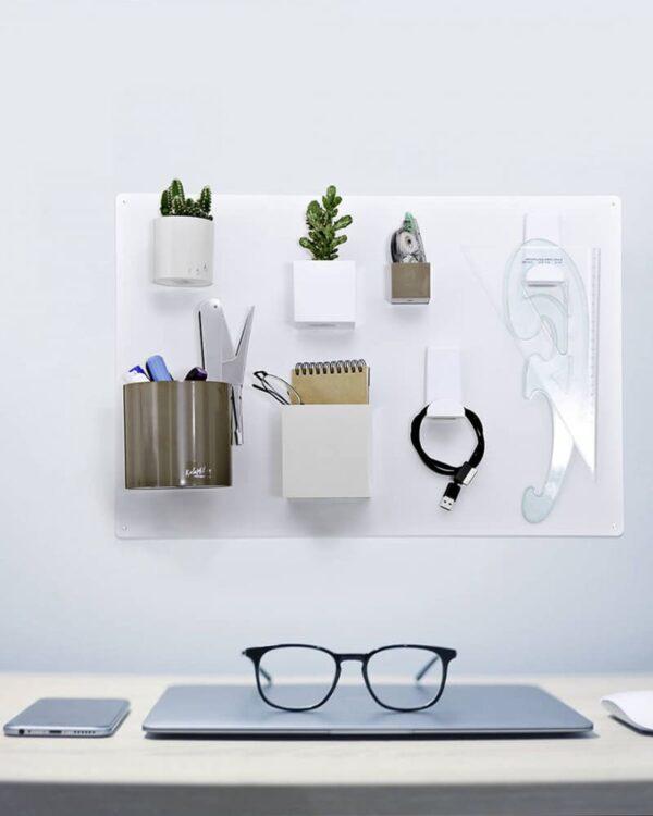 Kreidetafel magnetisch weiss aufgehängt im Büro als Magnetische Wandkreidetafel zum Schreiben und für Dekoartikel