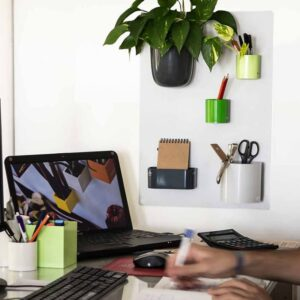 Magnet Kreidetafal Silber aufgehängt im Büro als Magnettafel für Büroartikel Kalamitica 38x56cm