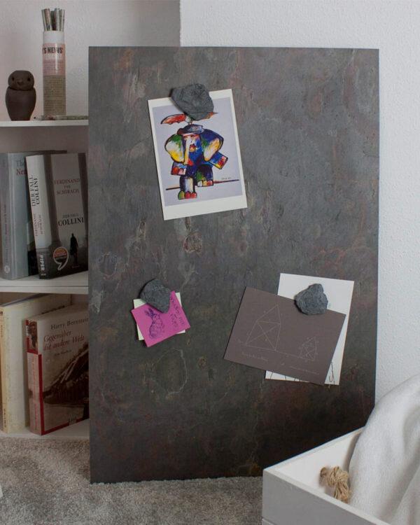 Magnetpinnwand aus echtem Schiefer Vulkanstein Muster gepinnt mit Notizen und Fotos