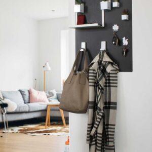 Magnettafel Kalamitica 57x74cm schwarz aufgehängt im Wohnzimmer als Aufhänger für Jacken und Tasche