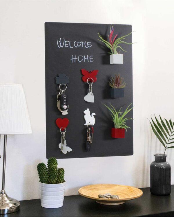 Magnettafel Kreidetafel ohne Rahmen verwendet als Pinnwand im Wohnraum