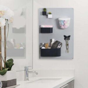 Wandkreidetafel magnetisch in Silber aufgehängt im Badezimmer als Halterung für Badeartikel