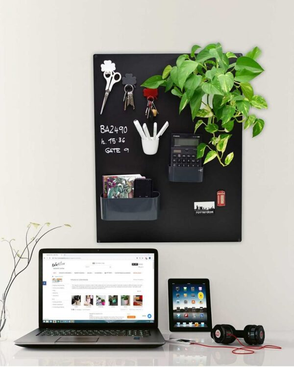 Wandkreidetafel magnetisch ohne Rahmen in Schwarz aufgehängt im Büro als Notiztafel 57x74cm