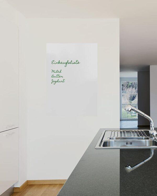 selbstklebende Tafelfolie weiss als Einkaufsliste in der Küche