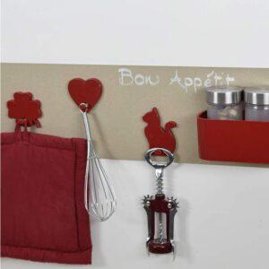 Magnettafel mit roten Magnetaufhänger für Küchenutensilien