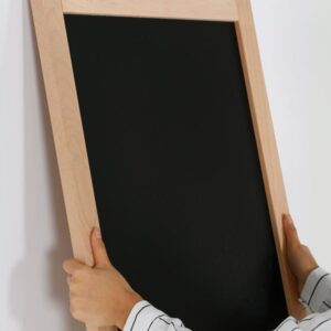 Wandkreidetafel magnetisch mit Holzrahmen Natur Montage an Wand