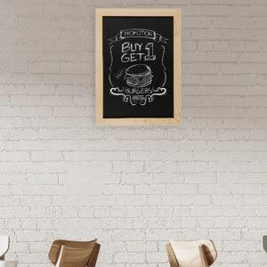 Wandkreidetafel mit Holzrahmen magnetisch aufgehängt in einem Burgerladen